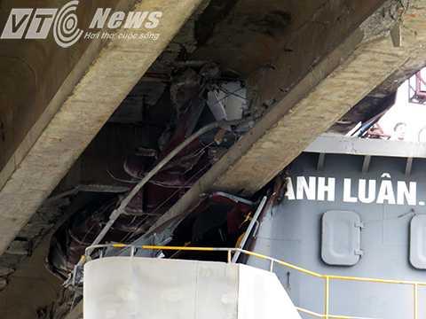 Phần đầu ca bin tàu dính chặt vào dầm cầu
