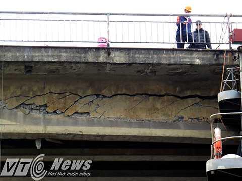 Theo quan sát, đoạn nứt lún trên dầm cầu chạy khoảng 5-7m
