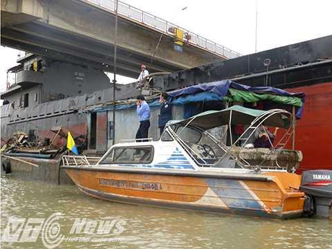 Hiện lực lượng chức năng huy động 2 xà lan bơm nước vào trong khoang và hút nước ra theo độ lên xuống của thủy triều để tránh bị tàu kéo lên, hoặc đẩy nhịp cầu xuống, gây nguy cơ sập cầu hoàn toàn