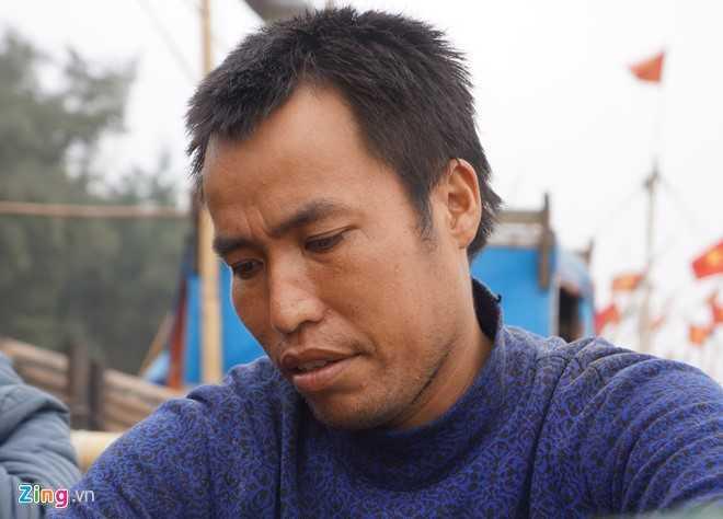 Ngư dân Văn Đình Quảng lo lắng cuộc sống sẽ khó khăn nếu khu vực neo đậu   bến thuyền phía Đông đường Hồ Xuân Hương phải di chuyển. Ảnh: Nguyễn   Dương.