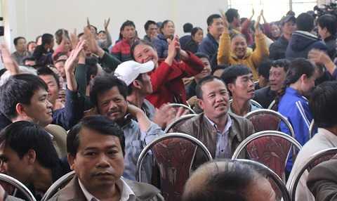 Người dân vỗ tay vui mừng khi nghe Bí thư tỉnh ủy Thanh Hóa quyết định để ngư dân hoạt động ra khơi bình thường như trước