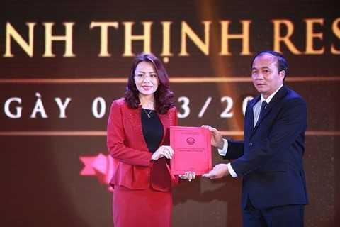 Bà Hương Trần Kiều Dung - Tổng giám đốc Tập đoàn FLC nhận giấy chứng nhận đầu tư từ ông Nguyễn Văn Trì, Chủ tịch UBND tỉnh Vĩnh Phúc.