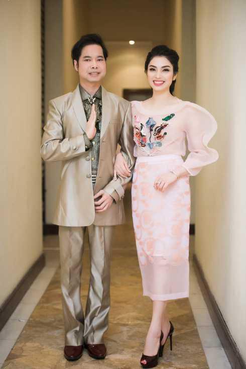 MC Huyền Sâm bên ca sĩ Ngọc Sơn.