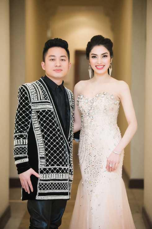 MC Huyền Sâm bên ca sĩ Tùng Dương.