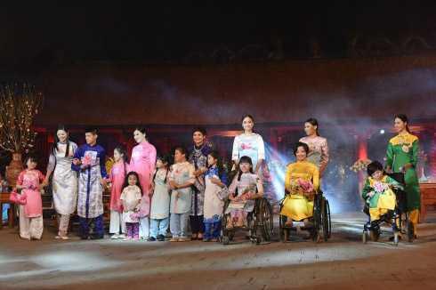 NSND Minh Châu xuất hiện trong bộ sưu tập của NTK Ngọc Hân. Cùng tham gia trình diễn còn có các bạn khuyết tật.