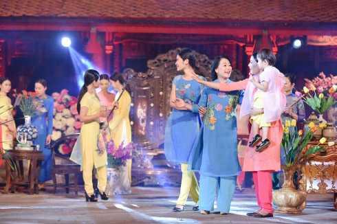 NSND Như Quỳnh xinh đẹp trong thiết kế của NTK Quang Huy, lấy ý tưởng từ loài hoa cúc.
