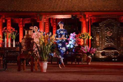 Thông qua chiếc Áo Dài và  ý nghĩa của các loài hoa, một lần nữa áo dài sẽ giúp tôn vinh phẩm chất của  người phụ nữ Việt Nam qua sự sáng tạo của 19 NTK trên chiếc áo truyền thống Việt Nam. Trong ảnh là thiết kế của Cao Minh Tiến