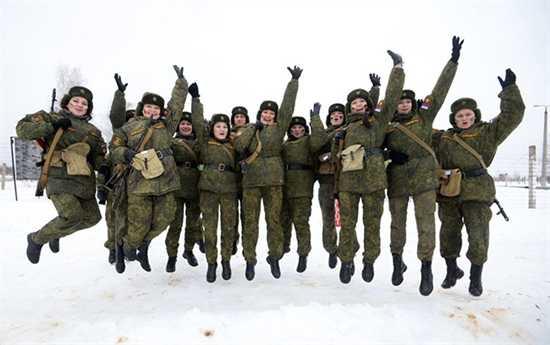 Tuy được nuôi dưỡng trong môi trường quân đội khá khô khan song các nữ chiến sĩ vẫn không làm mất vẻ nữ tính đáng yêu của mình.