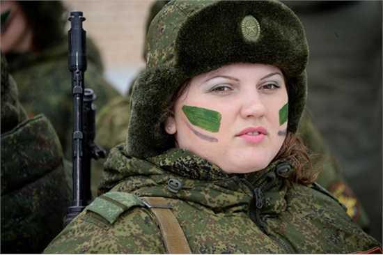 """Thành viên tham gia cuộc thi toàn Nga về kỹ năng chuyên nghiệp trong các nữ chiến sĩ """"Dưới lớp quân trang""""."""