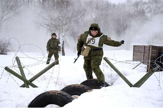 Các nữ thí sinh phải giải quyết tổ hợp nhiệm vụ đòi hỏi trình độ nhuần nhuyễn về kỹ năng tác chiến với thiết bị chuyên dụng.