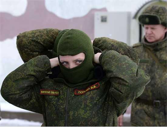 """Những cô gái chiến sĩ tham gia cuộc thi toàn Nga về kỹ năng chuyên nghiệp """"Dưới lớp quân trang""""."""