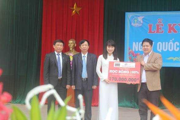 TS Đàm Quang Minh, hiệu trưởng ĐH FPT tặng học bổng cho cô gái Trần Khánh Vy (THPT chuyên Phan Bội Châu, Nghệ An)