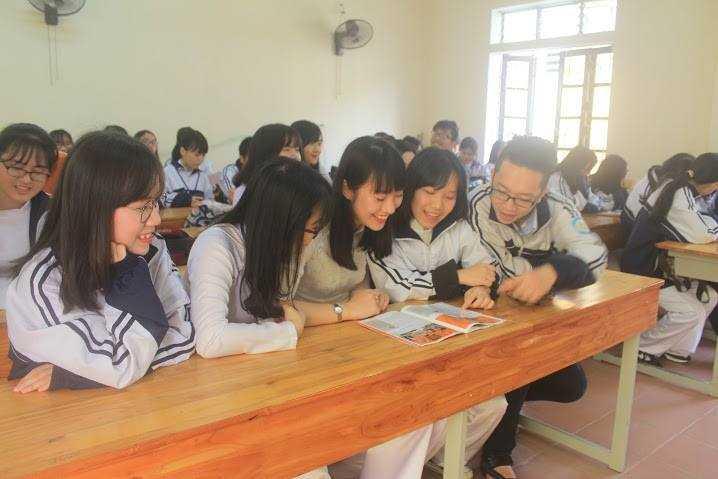 Trần Khánh Vy vui vẻ chia sẻ niềm vui với các bạn học sau khi nhận được học bổng
