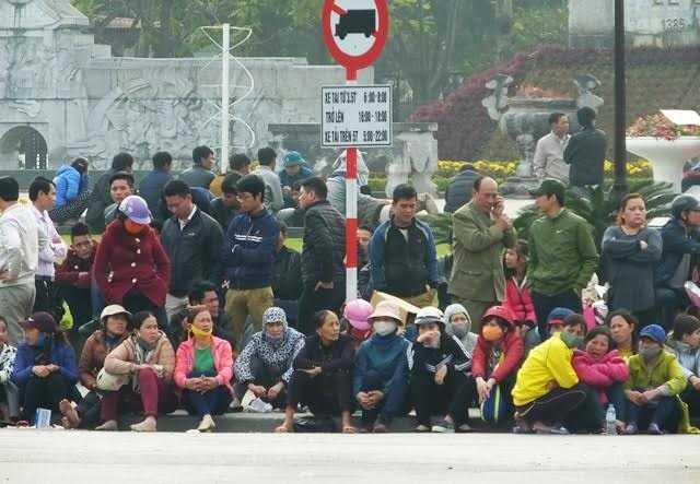 Người dân tụ tập trước cổng UBND tỉnh Thanh Hoá đòi lại một phần bờ biển- Ảnh: Vietnamnet