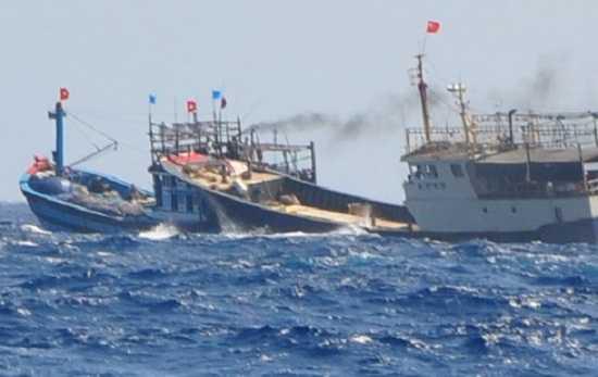 Đang đánh bắt thủy sản ở vùng biển Hoàng Sa một tàu cá của ngư dân Quảng Nam bị tàu hải cảnh Trung Quốc tấn công, cướp hết ngư cụ.