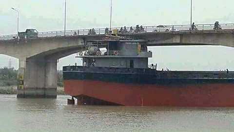 Tàu 3000 tấn đâm va vào trụ cầu, khiến mặt cầu xuất hiện nhiều vết nứt - Ảnh Beat.vn