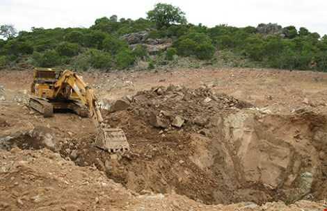 Đỉnh núi Tàu đang được hoàn thổ, san lấp các hố đào và những hố đánh mìn nham nhở. Ảnh: P.NAM