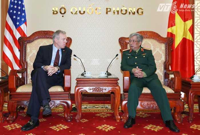 Thượng tướng Nguyễn Chí Vịnh và Đại sứ Ted Osius - Ảnh: Hồng Pha