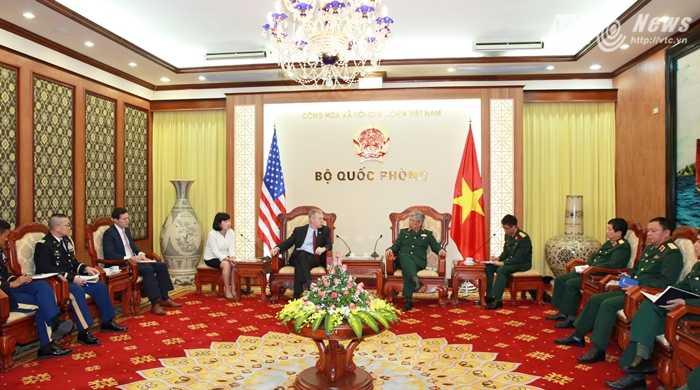 Quang cảnh buổi gặp mặt giữa Thượng tướng Nguyễn Chí Vịnh và Đại sứ Ted Osius - Ảnh: Hồng Pha