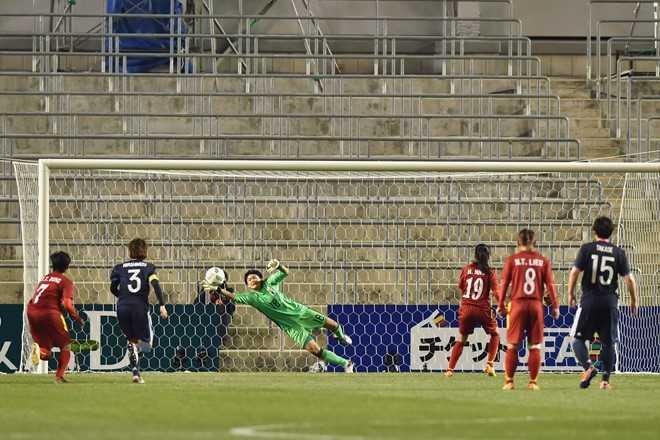Ở tình huống sút phạt đền, thủ môn Nhật Bản   đã đoán đúng hướng bóng nhưng không thể cản phá cú dứt điểm quyết đoán   của tiền đạo Huỳnh Như.