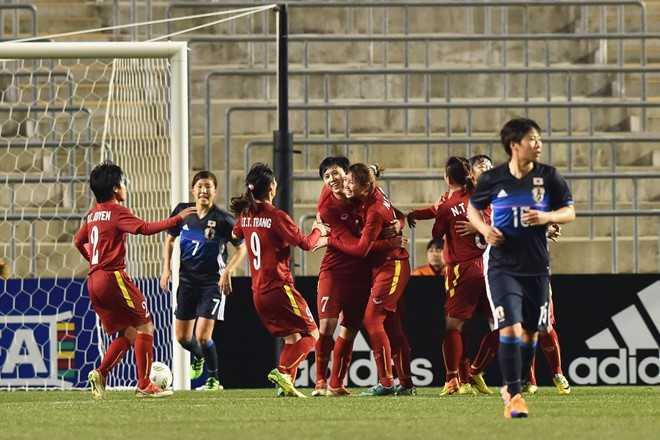 Cầu thủ Việt Nam ăn mừng sau khi san bằng tỷ   số 1-1 trước Nhật Bản. Đây cũng là bàn thắng đầu tiên trong lịch sử mà   đội tuyển nữ Việt Nam ghi được vào lưới đội bóng hàng đầu thế giới.