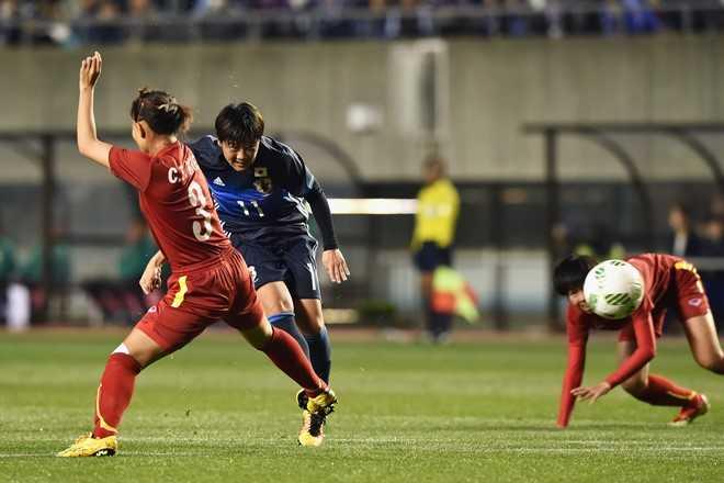 Trước khi hiệp 1 kết thúc, số 11 Ohno   Shinobu tung cú volley dũng mãnh từ ngoài vòng cấm, ghi bàn thắng đưa   Nhật Bản vươn lên dẫn trước 2-1
