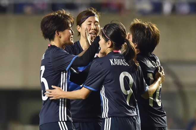 Cầu thủ Nhật Bản ăn mừng khi ghi bàn vào   lưới tuyển Việt Nam, bởi ở trận đấu này, đội chủ nhà buộc phải thắng đậm   để nuôi cơ hội giành vé dự Olympic 2016.