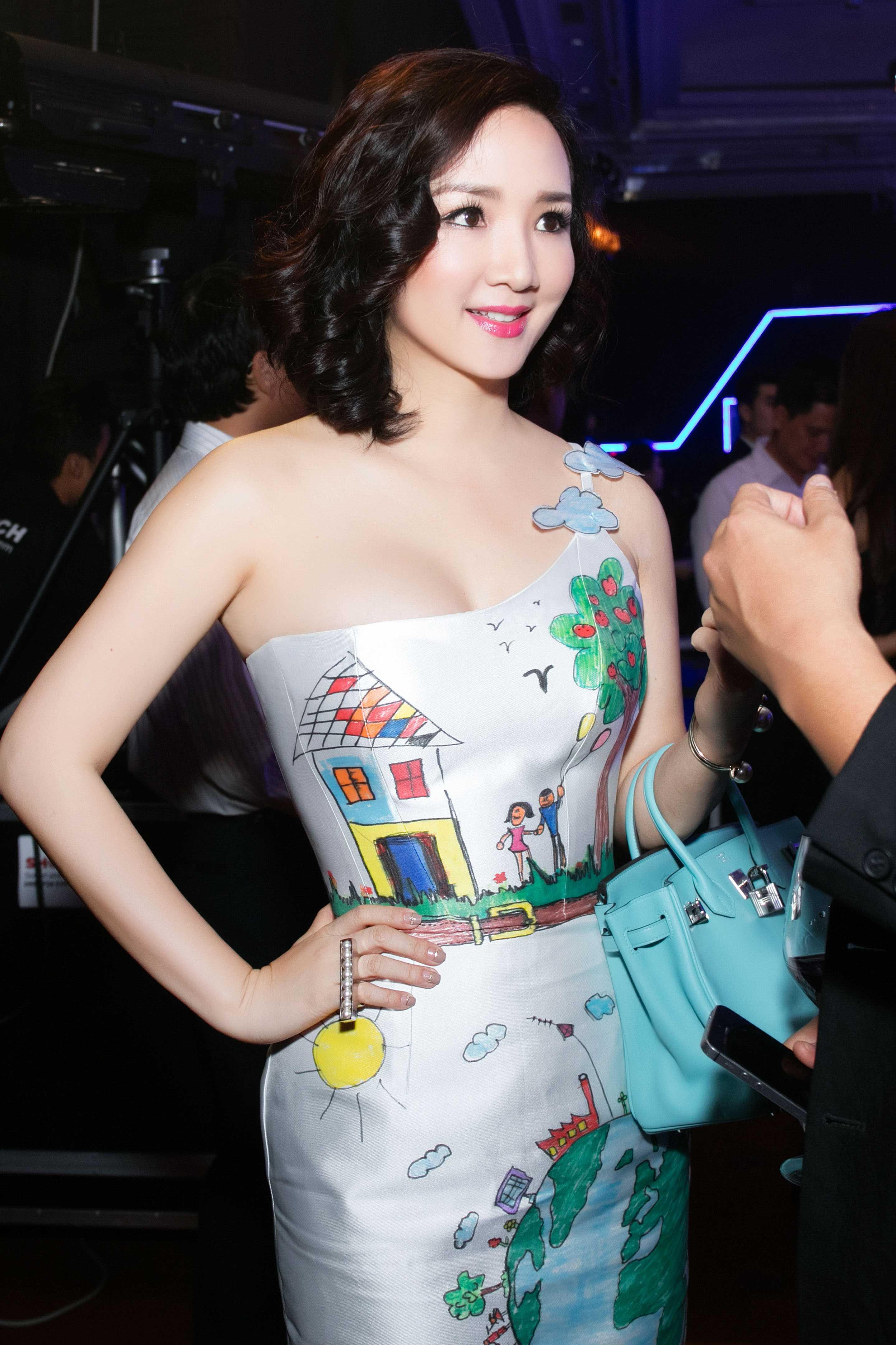 Chiếc váy tinh tế tôn lên vóc dáng hoàn hảo của người đẹp. Giáng My vẫn trẻ trung và gợi cảm như thời con gái.