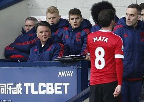 Louis van Gaal rất bực vì chiếc thẻ đỏ của Mata