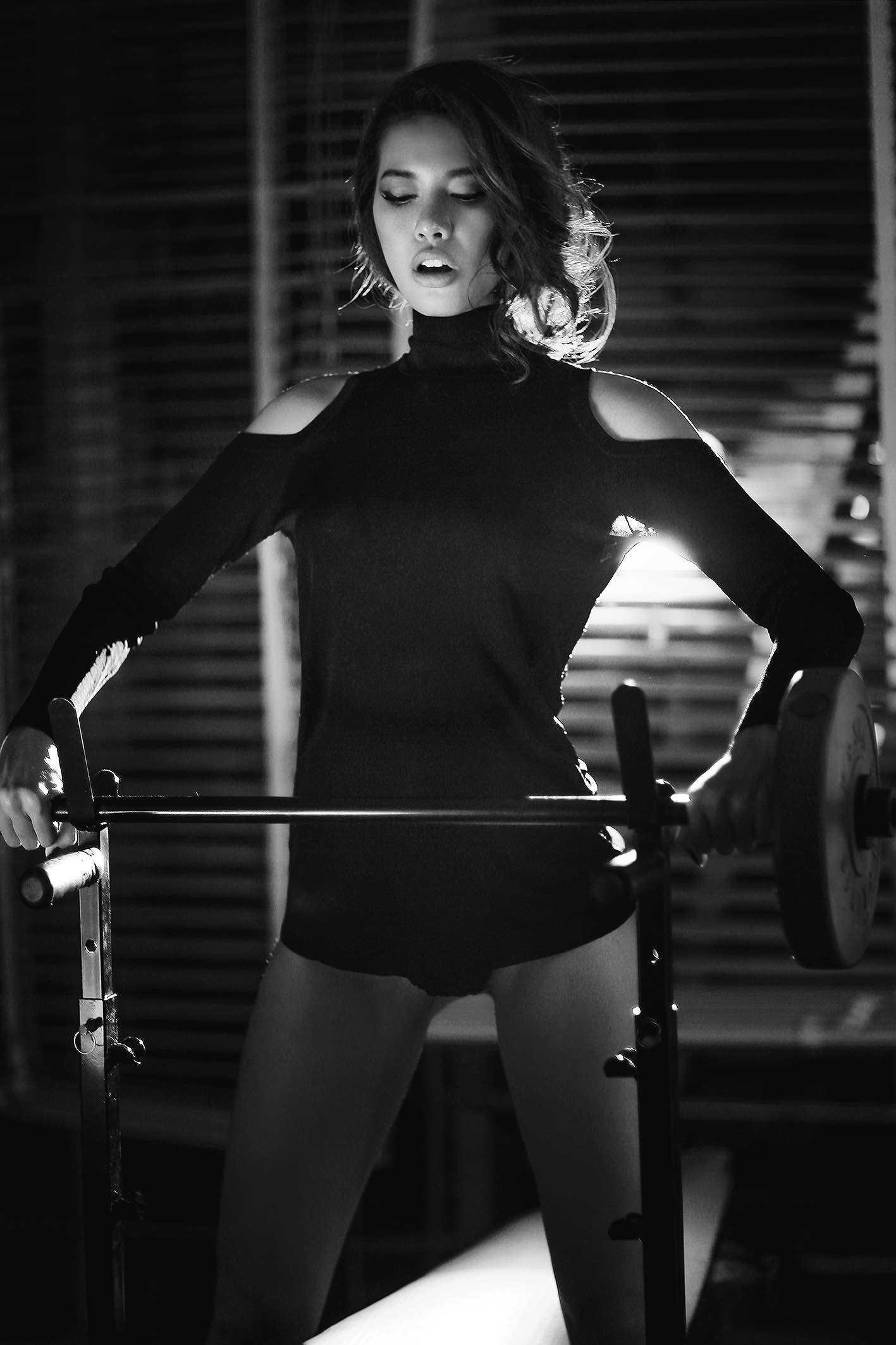"""Gần đây, nàng da nâu nóng bỏng ít """"phủ sóng"""" tại những sàn diễn thời trang, vì người đẹp miệt mài dành thời gian tại phòng gym để thực hiện cuộc cách mạng mới, trở thành hình tượng fitness model, một hình mẫu năng động, khoẻ mạnh truyền cảm hứng tự tin cho những bạn gái yêu cái đẹp, thể thao."""