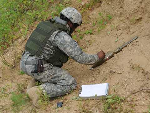 Chuyên gia rà phá bom mìn: Nhiệm vụ của   họ là kiểm tra những trái bom không nổ để làm giảm tối đa nguy hiểm.   Công việc mạo hiểm này mang lại mức thu nhập cao tới 150.000 USD/năm