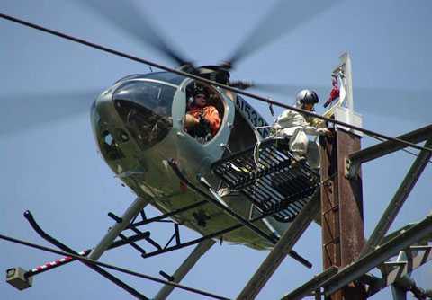 Phi công lái trực thăng sửa điện: Chỉ lái   trực thăng gần các đường dây điện để kiểm tra cũng có thể kiếm tới   85.000 USD/năm. Đây có thể nói là nghề có thu nhập cao.