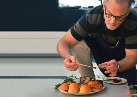Chuyên gia trang trí món ăn: Nhờ biết   cách trang trí các món ăn sao cho thật bắt mắt và ngon miệng trên ảnh,   những chuyên gia này có thể kiếm được tới 77.000 USD /năm.