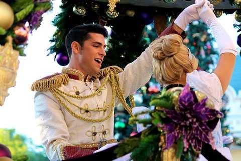 Diễn viên Disneyland: Bạn có bất ngờ   không khi họ có thể kiếm được 32.000 USD/năm chỉ nhờ ăn mặc và trình   diễn giống y hệt các nhân vật trong các bộ phim Disney dành cho trẻ em.