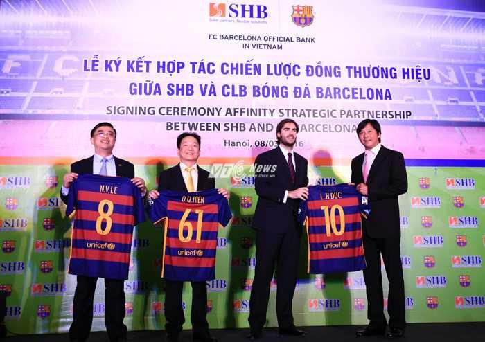 Đại diện Barca tặng áo kỷ niệm cho đại diện SHB (Ảnh: Phạm Thành)