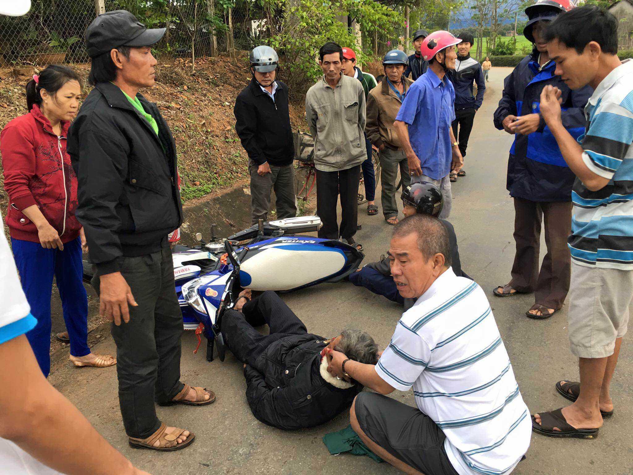 Hình ảnh ba của Akira Phan giúp đỡ người bị tai nạn