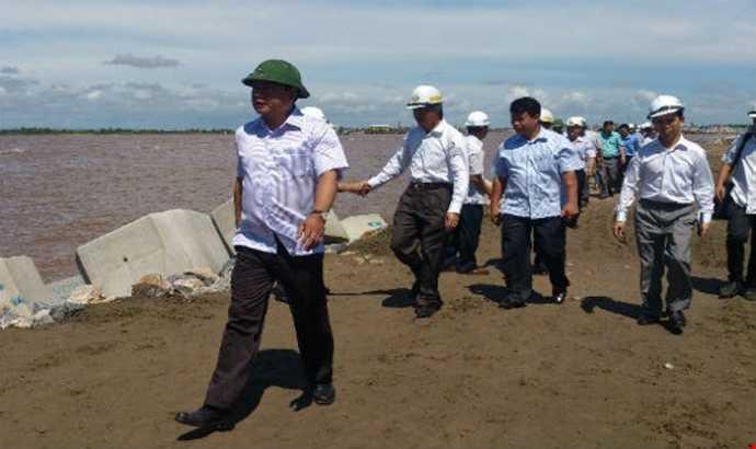 Bộ trưởng Đinh La Thăng trong một lần thị sát công trình.