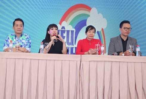 Minh Nhí, Việt Hương và bà Nguyễn Thị Bảo Trâm cùng đại diện NSX.
