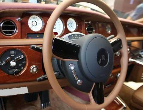 Hệ thống điều khiển có các chi tiết ốp gỗ quý. (Ảnh: GĐVN)