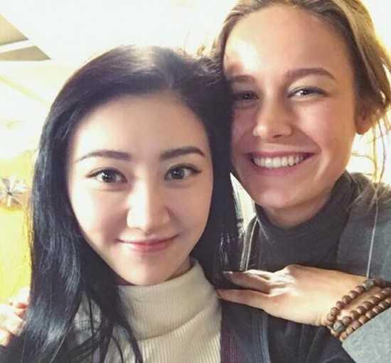 """Vào ngày 29/2, cô chia sẻ ảnh chụp chung bên nữ diễn viên Brie Larson, chúc mừng cô vừa đạt giải Oscar. """"Cả ê-kíp tại Việt Nam chúc mừng cô ấy, cô ấy thật tuyệt vời. Chúng tôi mở champagne mừng cô ấy quay trở lại""""."""