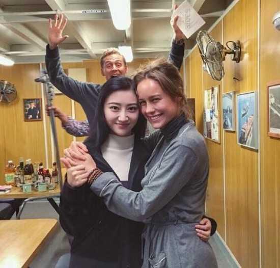 Khoảnh khắc nhắng nhít trên phim trường ở Ninh Bình của đoàn phim. Cảnh Điềm ôm hờ Brie trong khi Tom trêu họ ở phía sau.