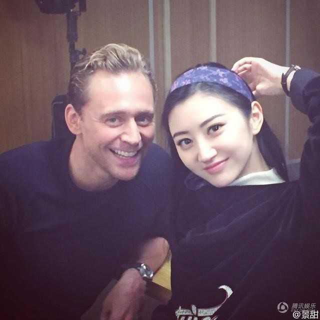 Vào ngày sinh nhật 35 tuổi của Tom Hiddleston, Cảnh Điềm khoe ảnh chụp cùng anh và lời chúc mừng sinh nhật vui vẻ.
