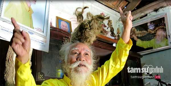 Vào các lễ hội, ông Long đội mái tóc độc nhất vô nhị của mình đến đâu là ở đó khách đông như… trẩy hội