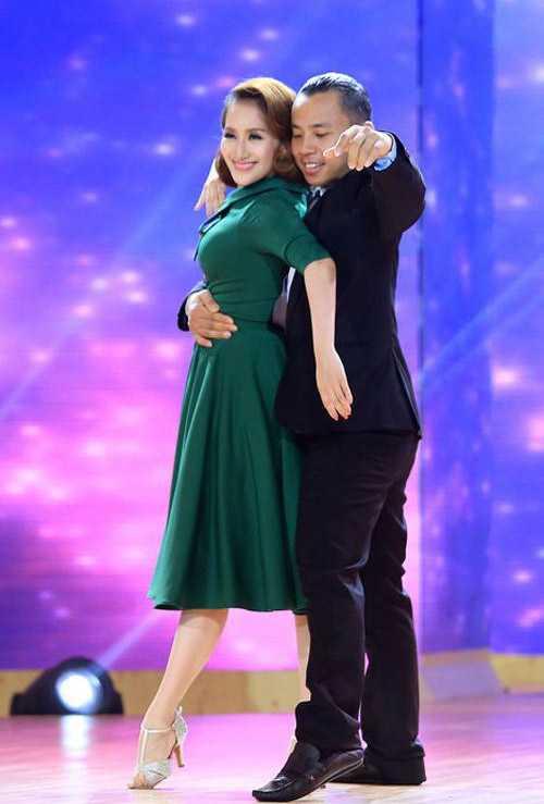Thời gian gần đây, Khánh Thi thường xuyên xuất hiện bên Chí Anh với vai trò giám khảo Bước nhảy hoàn vũ.