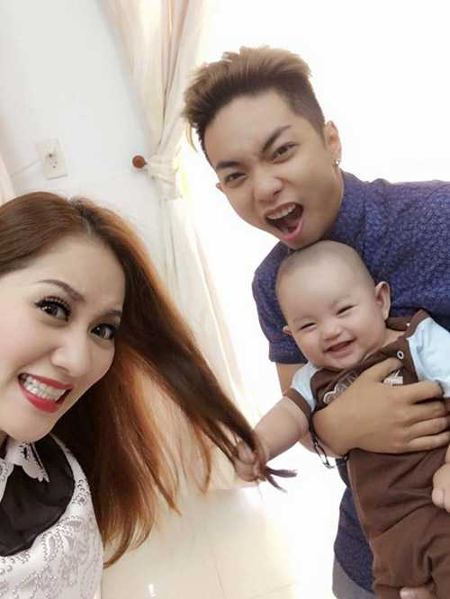 Gia đình hạnh phúc của Khánh Thi, Phan Hiển và con trai đầu lòng - Kubi.