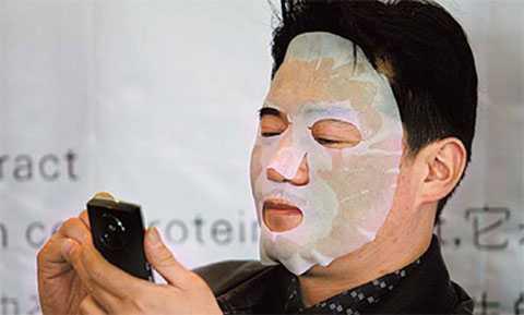 Một người đàn ông chăm sóc da mặt tại hội chợ làm đẹp ở Vũ Hán, tỉnh Hồ Bắc. Ảnh: China Daily.