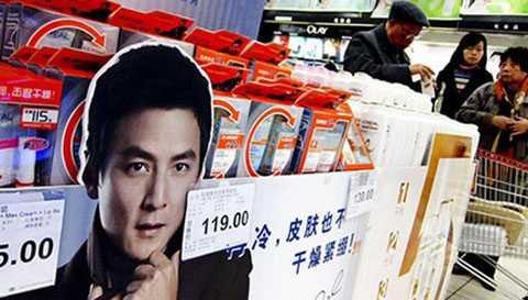 Một hàng bán mỹ phẩm nam ở Trung Quốc. Ảnh: WSJ.