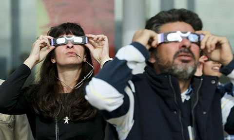 Trước hết, bạn cần thuê hoặc mua loại kính chuyên dụng để quan sát Nhật thực như kính đeo mắt lọc mặt trời.