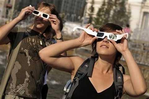 Bạn kiểm tra tình trạng của kính   quan sát nhật thực thật kỹ trước khi hướng thẳng về phía mặt trời, không   được nhìn trực tiếp khi chưa có kính.