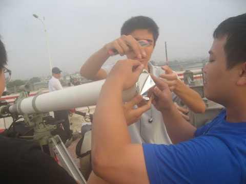 Một vật dụng khác đó là kính thiên văn, ống nhòm có tấm lọc mặt trời.